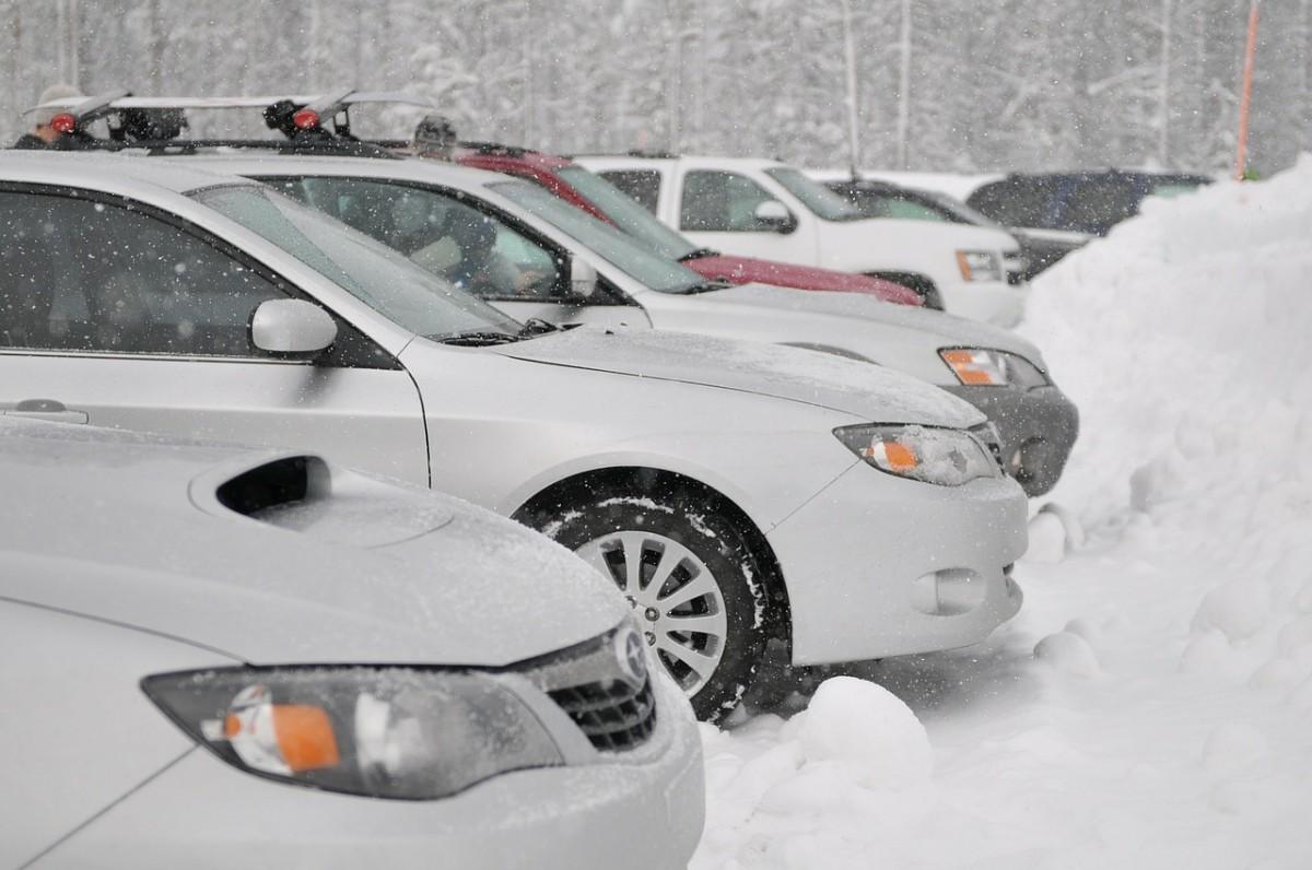 Auta pod sněhem