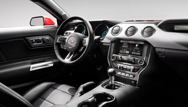 Ford Mustang 2015 interiér
