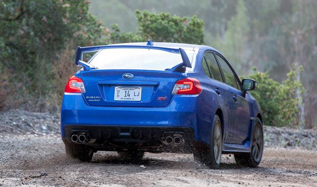 Pohled zezadu na Subaru WRX STI 2015